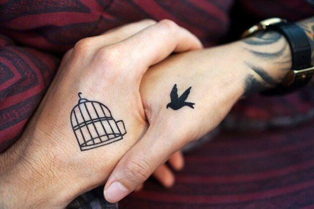 tatuaż na dłoniach