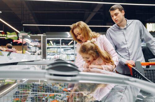 rodzina wybiera mrożonki w sklepie