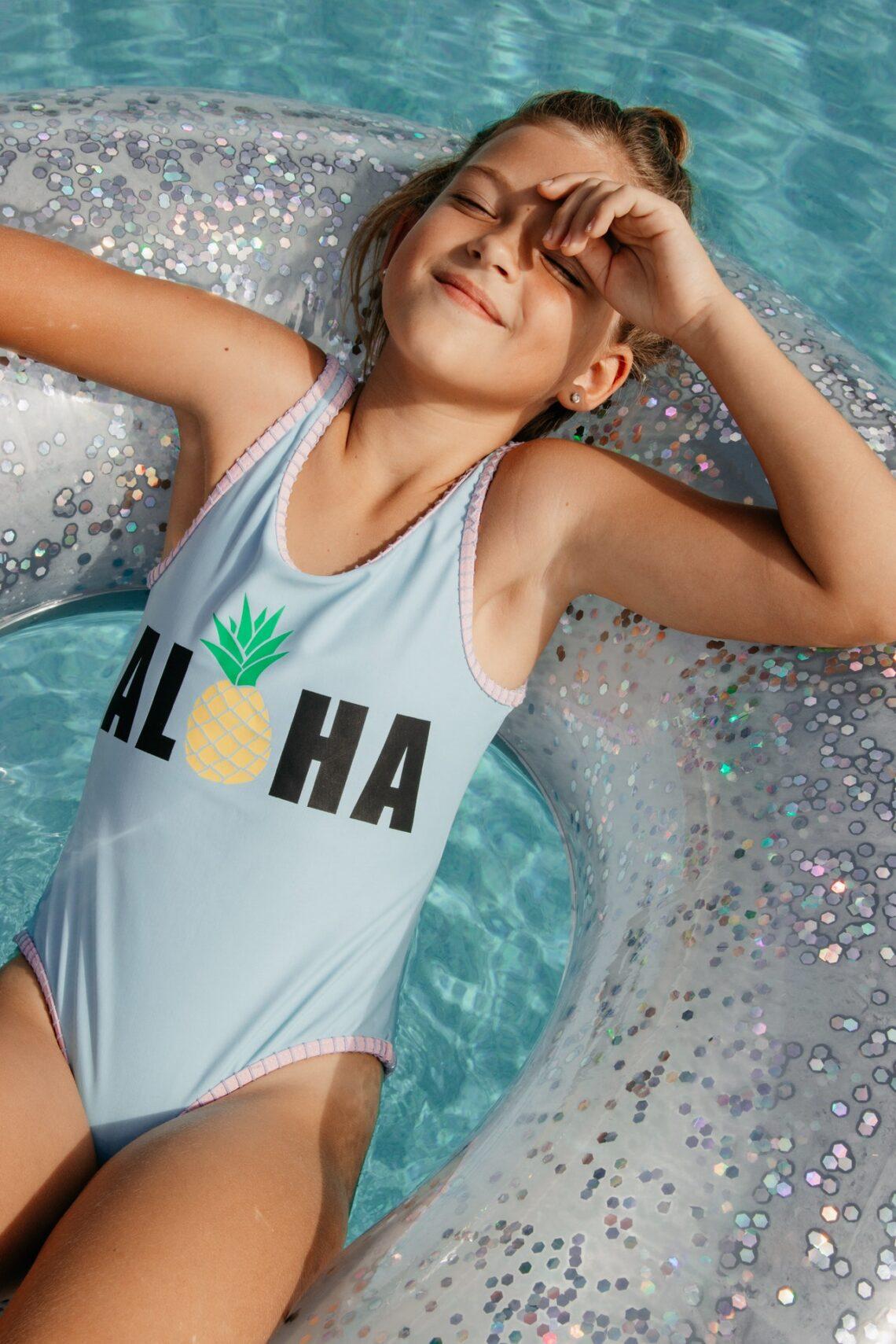 dziewczynka w basenie